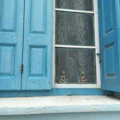 חלון כחול, וילון תחרה ובובות