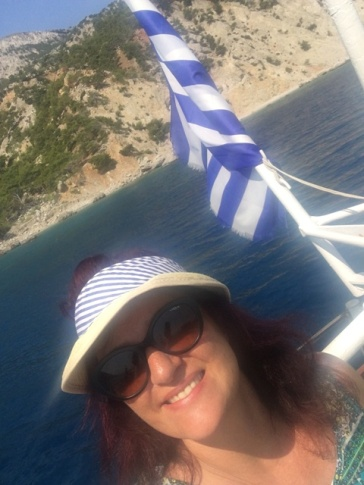 סאבטקסט עם דגל יוון והכובע התואם